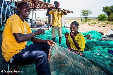 漁網を修理するヤレロの従業員