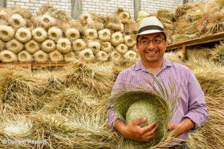 CONCRECESとSMEローン契約を結んで帽子工場を営むMoises Genaro Sanchez氏